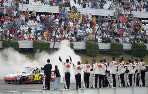 2010_Pocono_Aug_NSCS_race_Greg_Biffle_pit_crew_on_wall