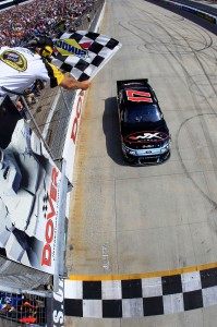 2011_Dover_May_NSCS_Race_Kenseth_Checkered_Flag