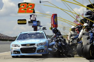 Jimmie-Johnson-pit-stop-NASCAR-Sprint-Cup-Series-Pocono-GoBowling400