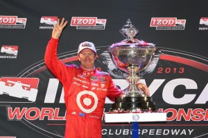 Scott Dixon mit der Trophäe (C) IndyCar Media/Chris Jones
